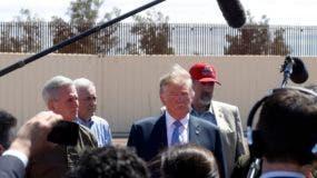 Donald Trump visita un muro en la frontera con México en Calexico, California, el 5 de abril del 2019. Con sus exageraciones y sus pasos en falso, el presidente estadounidense está perdiendo credibilidad en el tema da la inmigración, sobre todo entre los demócratas, que ya no le creen y no están dispuestos a colaborar en la búsqueda de soluciones mientras no cambie de rumbo. (AP Photo/Jacquelyn Martin, File)