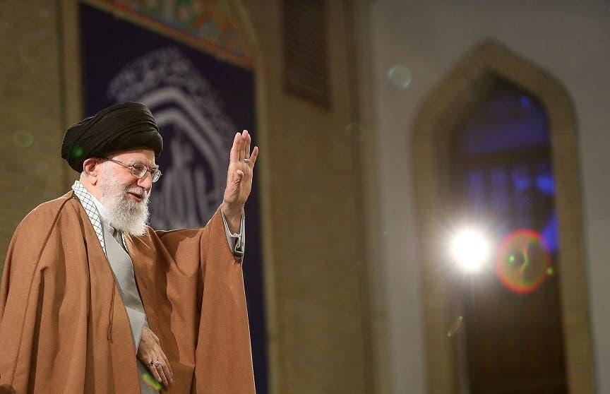 El líder supremo de Irán, Ali Jameneí, se dirige a trabajadores iraníes, este miércoles, durante una reunión en Teherán (Irán). Jameneí dijo hoy que su país exportará todo el petróleo que necesite y romperá el bloqueo impuesto por Estados Unidos, que hace dos días decidió no renovar sus exenciones a la compra de crudo iraní.