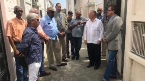 Lorenzo Vargas (Lenchy), derecha, junto a Gilberto Serulle y otros exdirigentes del MPD en acto de recordación del izquierdista Lorenzo Ventura Vargas (El Sombrero), en el cementerio de la avenida 30 de Marzo, en Santiago.