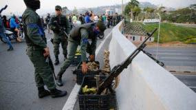 Soldados toman posiciones en un paso elevado próximo a la base aérea de La Carlota, en Caracas, Venezuela.