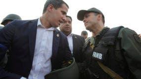 El líder opositor de Venezuela Juan Guaidó conversa con un oficial del ejército afuera de la base aérea de La Carlota en Caracas, Venezuela, el martes 30 de abril de 2019.  (AP Foto / Boris Vergara)