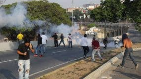 Las fuerzas de seguridad leales al Gobierno de Nicolás Maduro lanzan este martes bombas lacrimógenas contra el presidente interino Juan Guaidó, que se encuentra en la base de La Carlota junto a militares que le apoyan. EFE Foto de archivo.