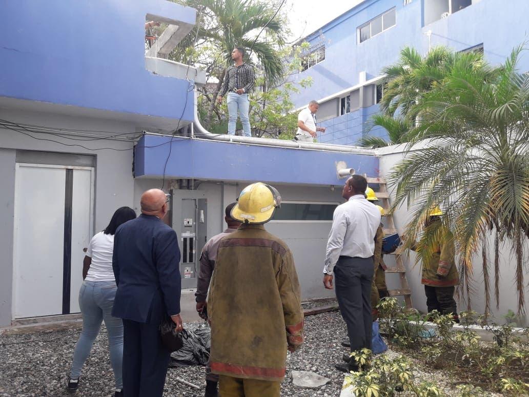 Bomberos y personal de mantenimiento supervisan el área donde se produjo el conato de incendio.