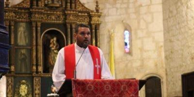 El padre Nelkys Acevedo leyó la quinta palabra. Foto:  Jancarlos Martínez.