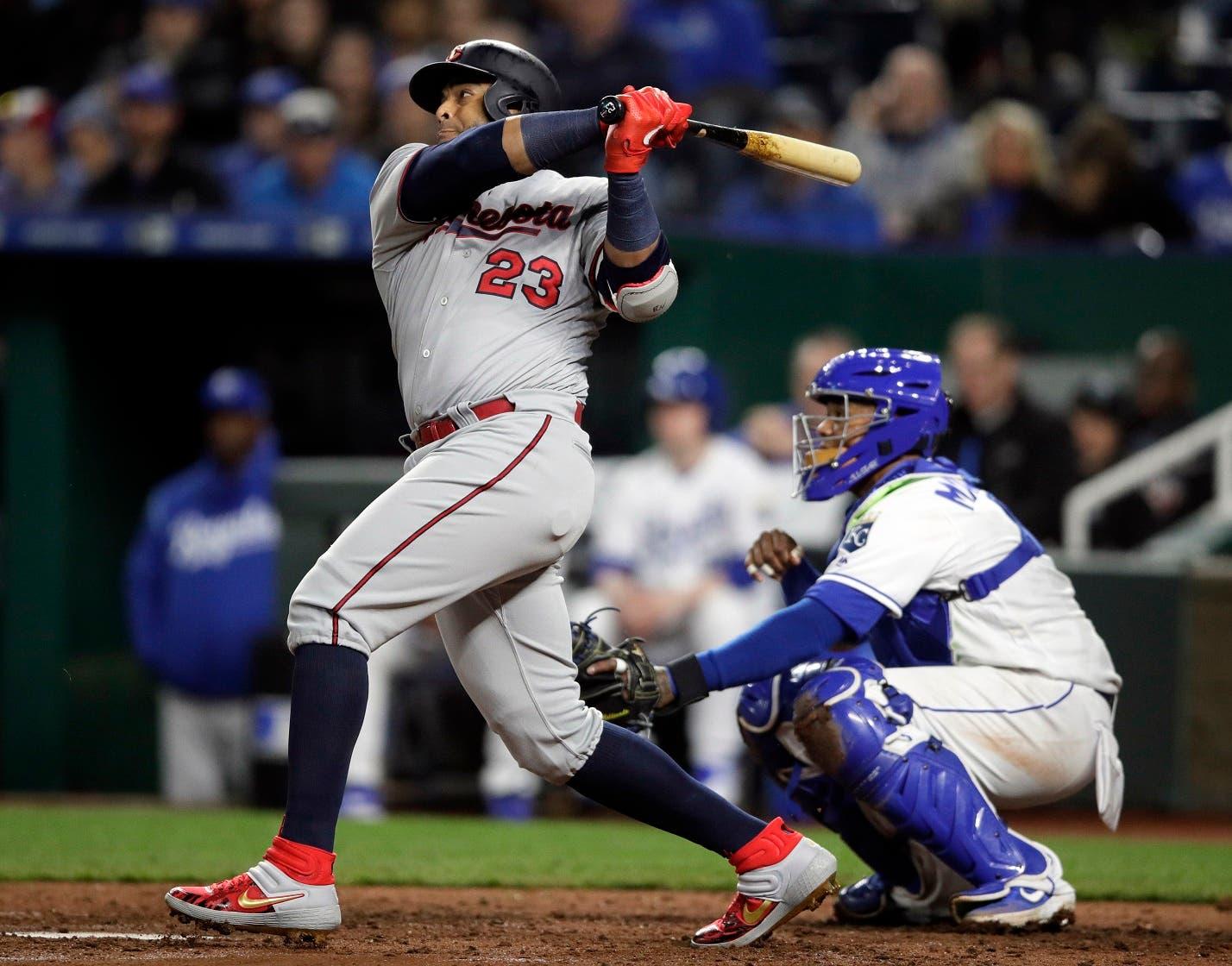 El bateador designado de los Mellizos de Minnesota, el dominicano Nelson Cruz (23), pega un double productor de dos carreras ante el abridor de los Reales de Kansas City, Brad Keller, durante el quinto inning de un juego de béisbol en el estadio Kauffman en Kansas City, Missouri, el martes 2 de abril de 2019. (AP Foto/Orlin Wagner)