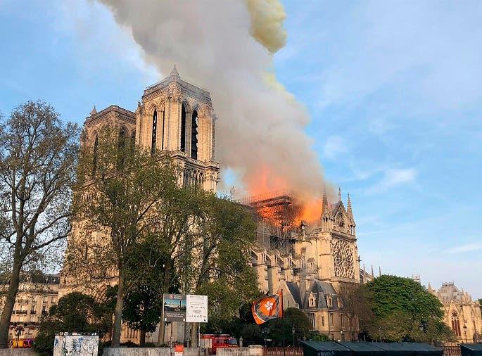 La aguja central de la catedral de Notre Dame de París se derrumbó este lunes devorada por un incendio que afectó a buena parte del tejado del templo gótico.