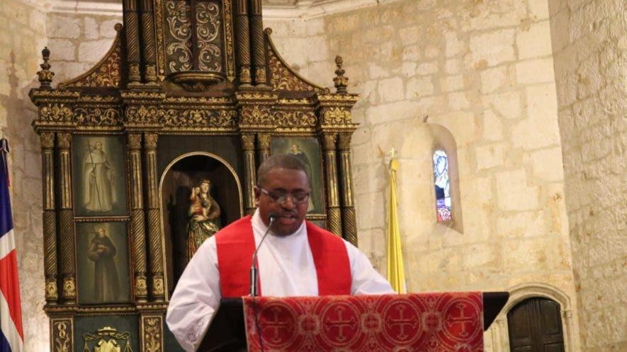 El padre Aquiles Ozuna leyó la cuarta palabra. Foto: Jancarlos Martínez.