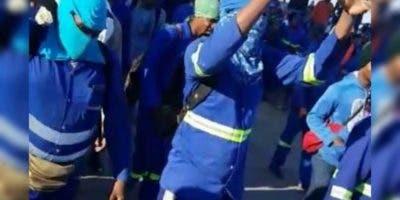 Los empleados protestaron la mañana de este miércoles en demanda de que se le paguen los bonos.