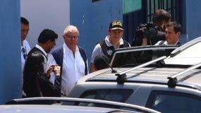 El expresidente peruano Pedro Pablo Kuczynski (3i) sale de la sede de Medicina Legal tras su detención este miércoles en Lima (Perú). Kuczynski salió este miércoles de su casa en Lima detenido por la Policía Nacional en cumplimiento a una orden de detención preliminar por diez días, a raíz de una investigación por presuntos vínculos con la empresa brasileña Odebrecht. Kuczynski, de 80 años, salió de la cochera de su casa en un automóvil manejado por oficiales de la Policía Nacional rumbo a la sede de Medicina Legal, donde posteriormente será trasladado a la oficina de la Prefectura de la Policía en Lima. EFE/Geraldo Caso