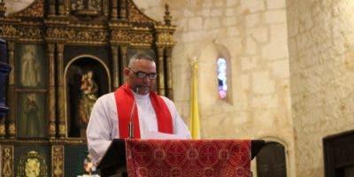 Padre Ramón Báez Lara leyó la tercera palabra. Foto: Jancarlos Martínez.