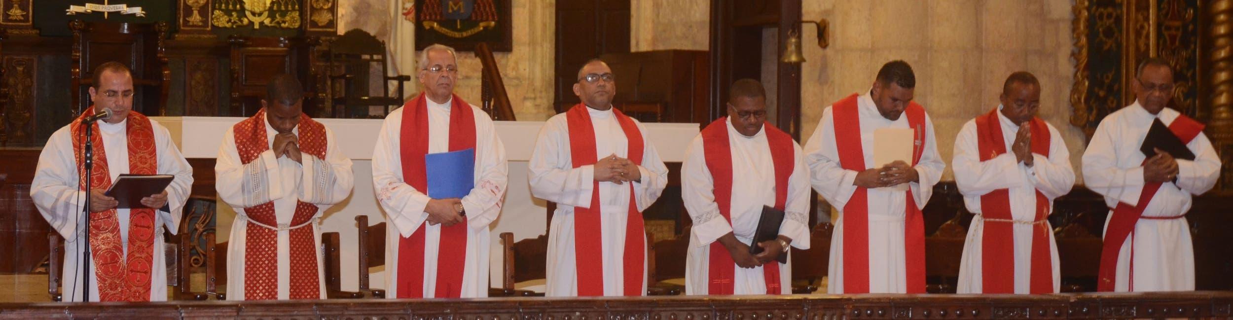 Kennedy Rodríguez (a la izquierda)  hizo de moderador en el Sermón de las Siete Palabras;  fue notoria la asistencia masiva de feligreses y líderes de la oposición.  Pedro Sosa