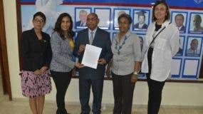 Una comisión de catedráticos entregó la carta en la Secretaria General de la UASD.