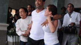 Carlos Silver en momentos en que era sacado de la clínica por sus familiares. Foto: Nicolás Monegro