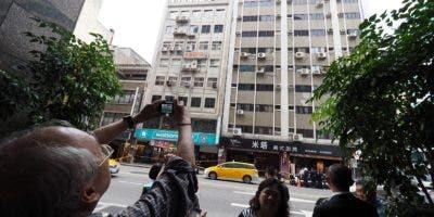 Un hombre hace una foto de un edificio que resultó levemente dañado como consecuencia del terremoto de magnitud 6,1 en la escala de Richter que sacudió este jueves la ciudad oriental de Hualien, a unos 200 kilómetros de la capital taiwanesa, Taipéi, sin que hasta el momento se haya informado de víctimas. EFE/ David Chang.