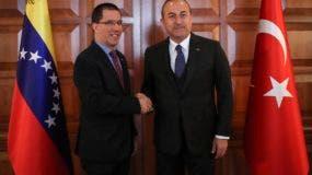 El ministro de relaciones exteriores de Turquía Mevlut Cavusoglu (der) con el ministro de relaciones exteriores de Venezuela Jorge Arreaza en Ankara el 1 de abril del 2019. (Ministerio de Relaciones Exteriores de Turquía  via AP, Pool)