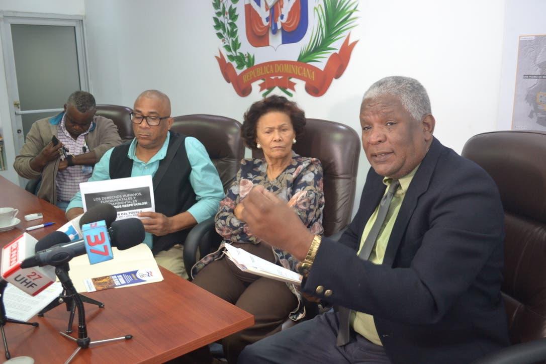 El doctor Manuel María Mercedes, presidente de la Comisión Nacional de los Derechos Humanos (der.) tras entregar la carta a la Defensora del Pueblo, Zoila Medina, quien figura a su lado.