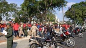 Cientos de partidarios del presidente Nicolás Maduro se han concentrado frente al palacio presidencial, donde efectivos de las fuerzas de seguridad están apostados en el muro perimetral.