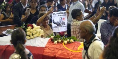 Simpatizantes del partido Aprista Peruano llegaron al velatorio en la Casa del Pueblo para despedir al dos veces gobernante del Perú. AP