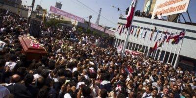 """Personas cargan el féretro del expresidente peruano Alan García tras el velorio celebrado este viernes en la """"Casa del Pueblo"""", la sede central del Partido Aprista Peruano (PAP), en Lima (Perú)."""