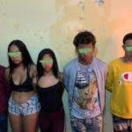 Cinco de los jóvenes a quienes la Policía le atribuye ser miembro de una banda de asaltantes que fue desmantelada hoy.