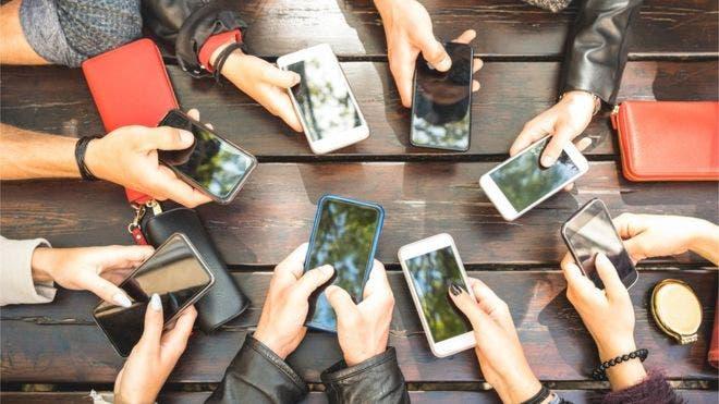 ¿Realmente te espía (y para qué) el micrófono de tu teléfono?
