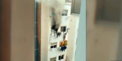 El incendio, de gran virulencia, se desató a primera hora de la mañana, sobre las 06.30 horas locales (4.30 GMT), en la vivienda que habitaban, un cuarto piso de un edificio de seis pisos en L'Hospitalet, algo que pudo deberse a una sobrecarga eléctrica, según se apuntó en un primer momento.