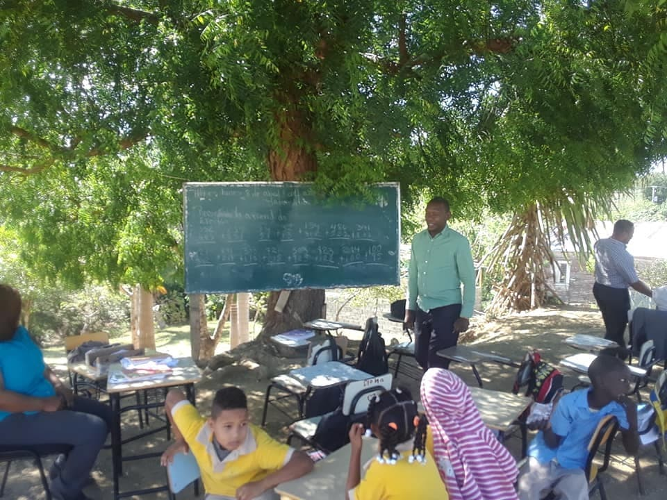 Como en los viejos tiempos: estudiantes reciben clases debajo de un árbol en Imbert, Puerto Plata