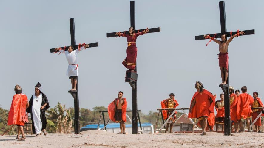 Tres devotos filipinos son clavados en la cruz como parte de los rituales de Viernes Santo en el pueblo San Pedro Cutud, provincia de Pampanga, Filipinas. (AP Foto/Iya Forbes)