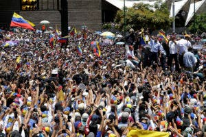 El dirigente opositor y autoproclamado presidente interino de Venezuela, Juan Guaidó, saluda a sus partidarios durante un acto de protesta contra los apagones en Caracas. (AP Foto/Natacha Pisarenko)