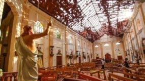 Las imágenes que llegaban de los lugares siniestrados mostraban la magnitud de la tragedia, con una de las iglesias con el techo del templo semidestruido, escombros y cuerpos esparcidos, mientras la gente trata de socorrerlos.