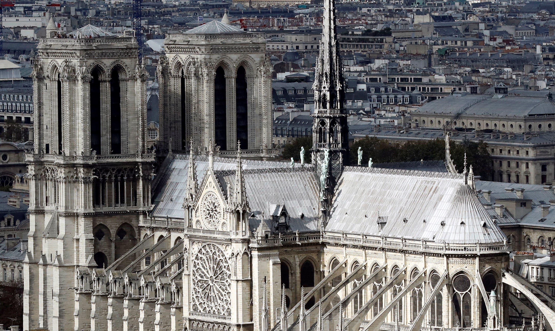 11. Fotografía de archivo que muestra la catedral de Notre Dame, desde lo alto de la torre de la Universidad Pierre y Marie Curie, en París, Francia. La catedral de Notre Dame de París, uno de los monumentos más emblemáticos de la capital francesa, está sufriendo un incendio. Las llamas aparecieron sobre las 18.50 de la tarde, poco después de la hora de cierre al público del monumento, que se encontraba en obras de restauración. EFE/ ETIENNE LAURENT