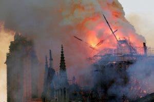 """Este  lunes un fuego ha devastadobuena parte de la cubierta de la catedral de Notre Dame,  """"símbolo de la cristiandad en Francia y en el mundo""""."""
