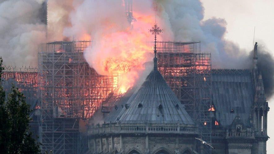 Vista de un incendio en la catedral de Notre Dame este lunes en París, Francia. EFE/ Ian Langsdon