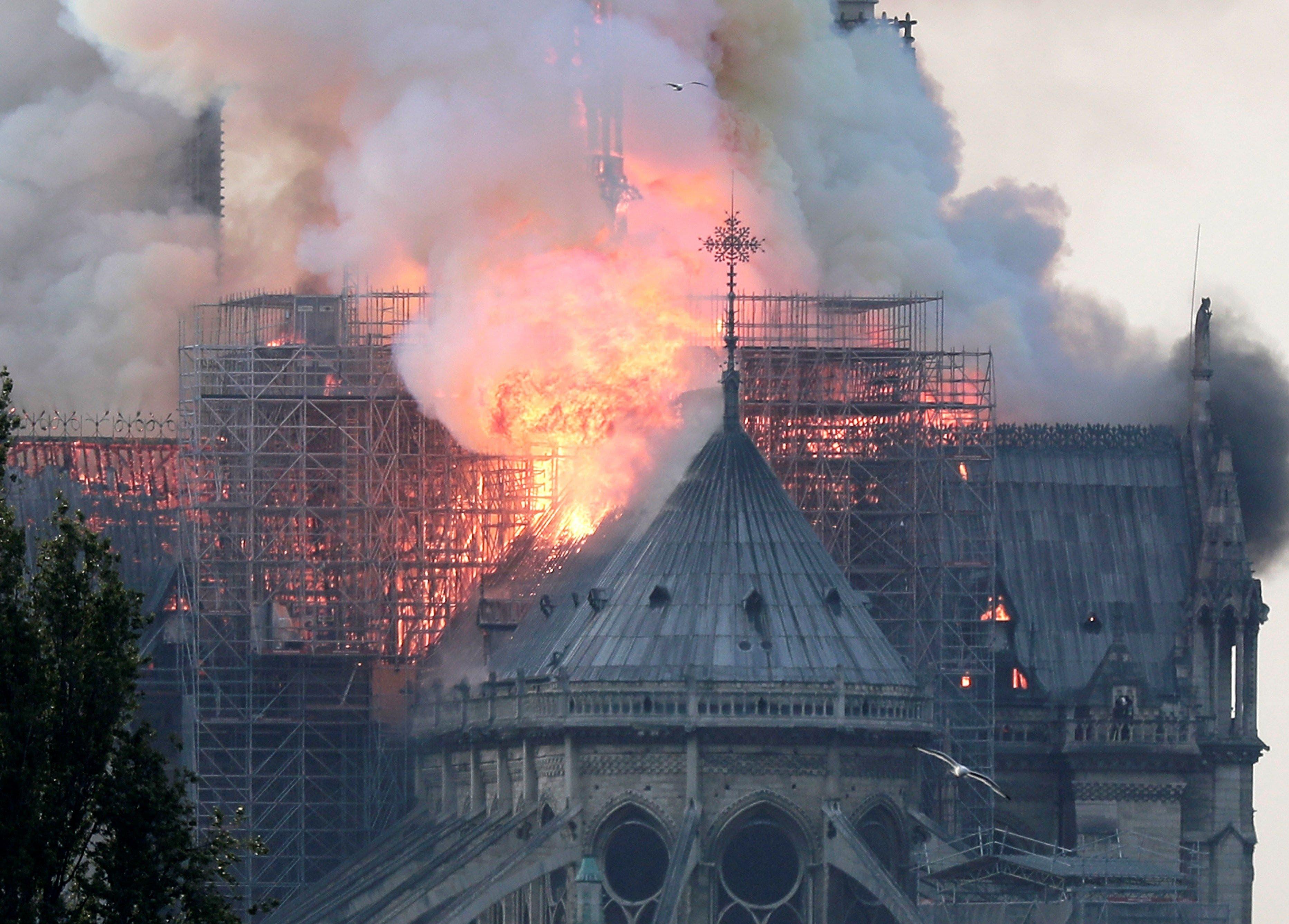 1. Vista de un incendio en la catedral de Notre Dame este lunes en París, Francia. EFE/ Ian Langsdon
