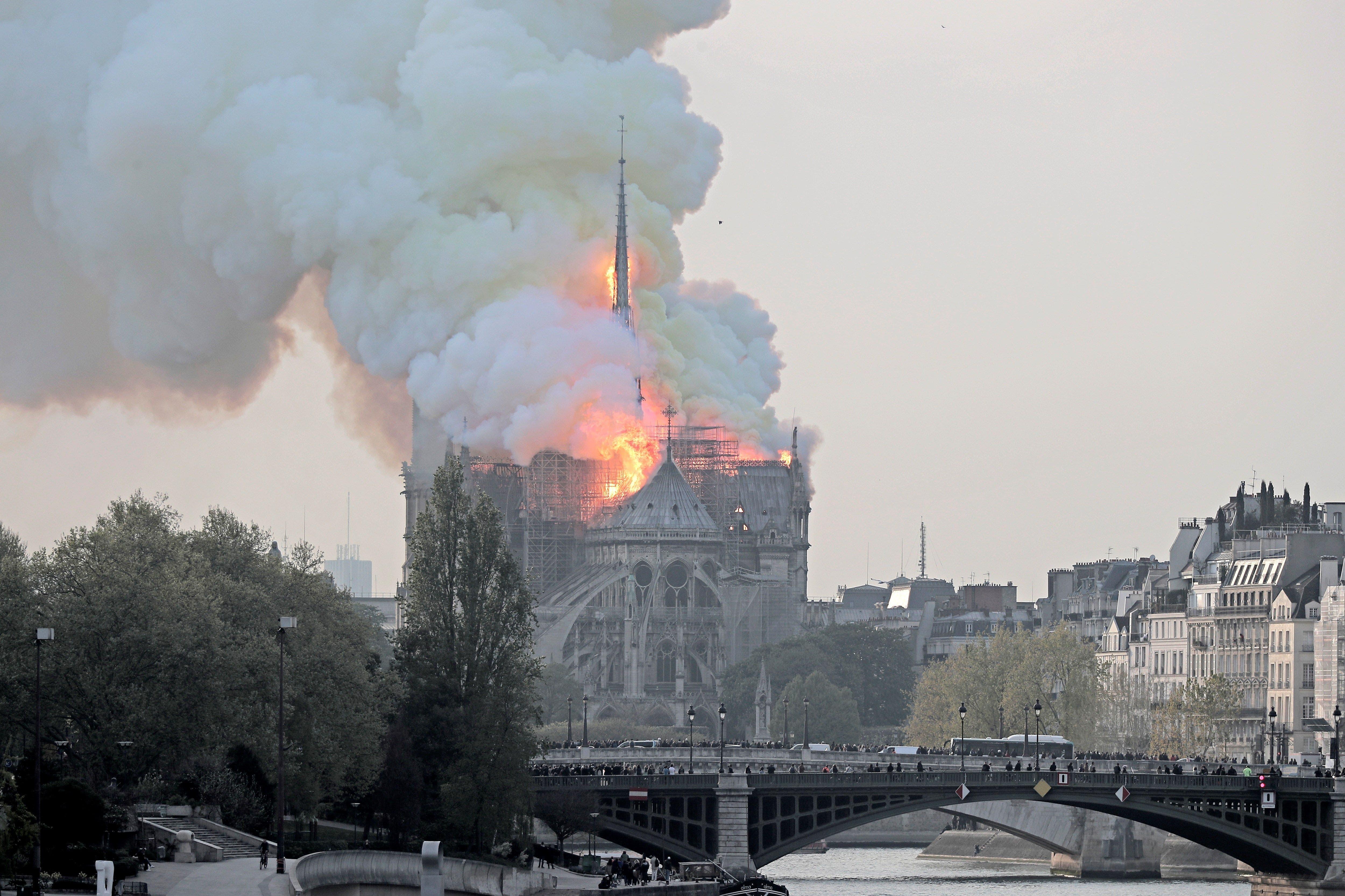 8. La aguja central de la catedral de Notre Dame de París se derrumbó este lunes devorada por un incendio que afectó a buena parte del tejado del templo gótico