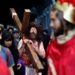 Un devoto representa el vía crucis de Jesús durante la procesión por el Viernes Santo en Jerusalén, Israel. EFE
