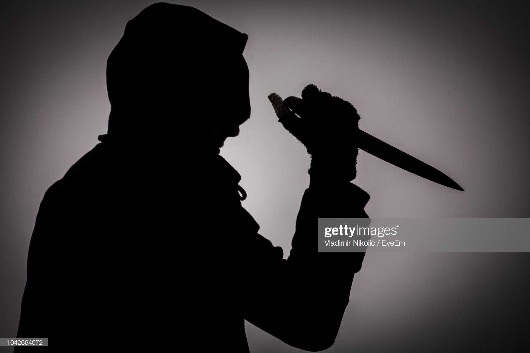 Al ver el forcejeo con el ladrón, el niño de 11 años de edad (al quien no se identifica por razones legales), intentó defender a su madre. En represalia, el hombre gritaba que lastimaría al niño, al que le lanzó dos estocadas en el abdomen con el puñal. Foto: Getty Images.