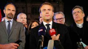 """Macron proclamó de forma solemne que Notre Dame será reconstruida """"entre todos juntos""""."""