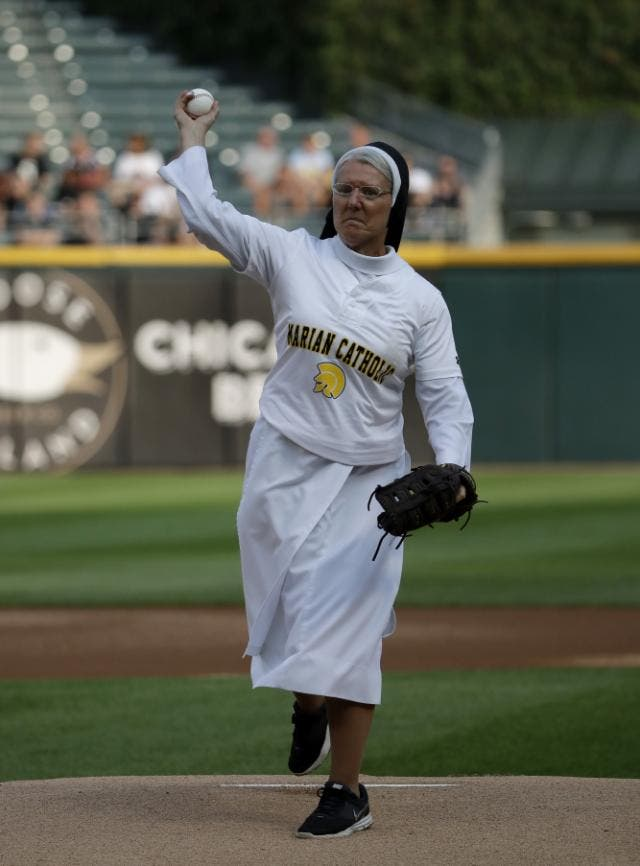 La hermana Mary Jo Sobieck hizo el lanzamiento de honor en en la ceremonia inaugural del juego entre Kansas City Royals y the Chicago White Sox, el 18 de agosto de 2018 (AP Photo/Nam Y. Huh).