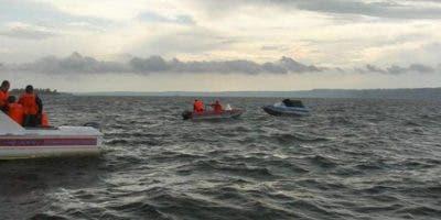 Pescadores encontraron flotando en el mar el cadáver de una joven de 16 años que viajaba en el pequeño bote que se hundió luego de partir de la población oriental de Güiria con destino a Trinidad y Tobago, indicó a The Associated Press el congresista opositor Robert Alcalá.