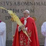 El papa Francisco sostiene una palma durante la celebración del Domingo de Ramos en la Plaza de San Pedro del Vaticano. (AP Foto/Gregorio Borgia)