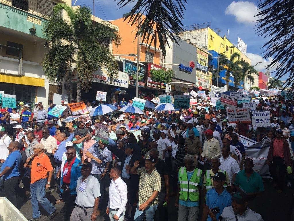 Video: Arranca marcha de trabajadores hacia Palacio Nacional en defensa de la cesantía