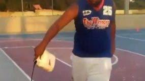 Junior Bustamante lanzó aceite en la cancha para impedir la práctica de las jóvenes. Además, amenazó a la entrenadora.