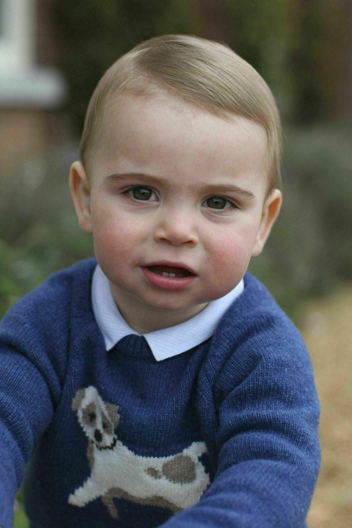 Las fotos, tomadas por Catalina, muestran al niño jugando en el jardín de la casa familiar en Norfolk, en la costa oriental inglesa.
