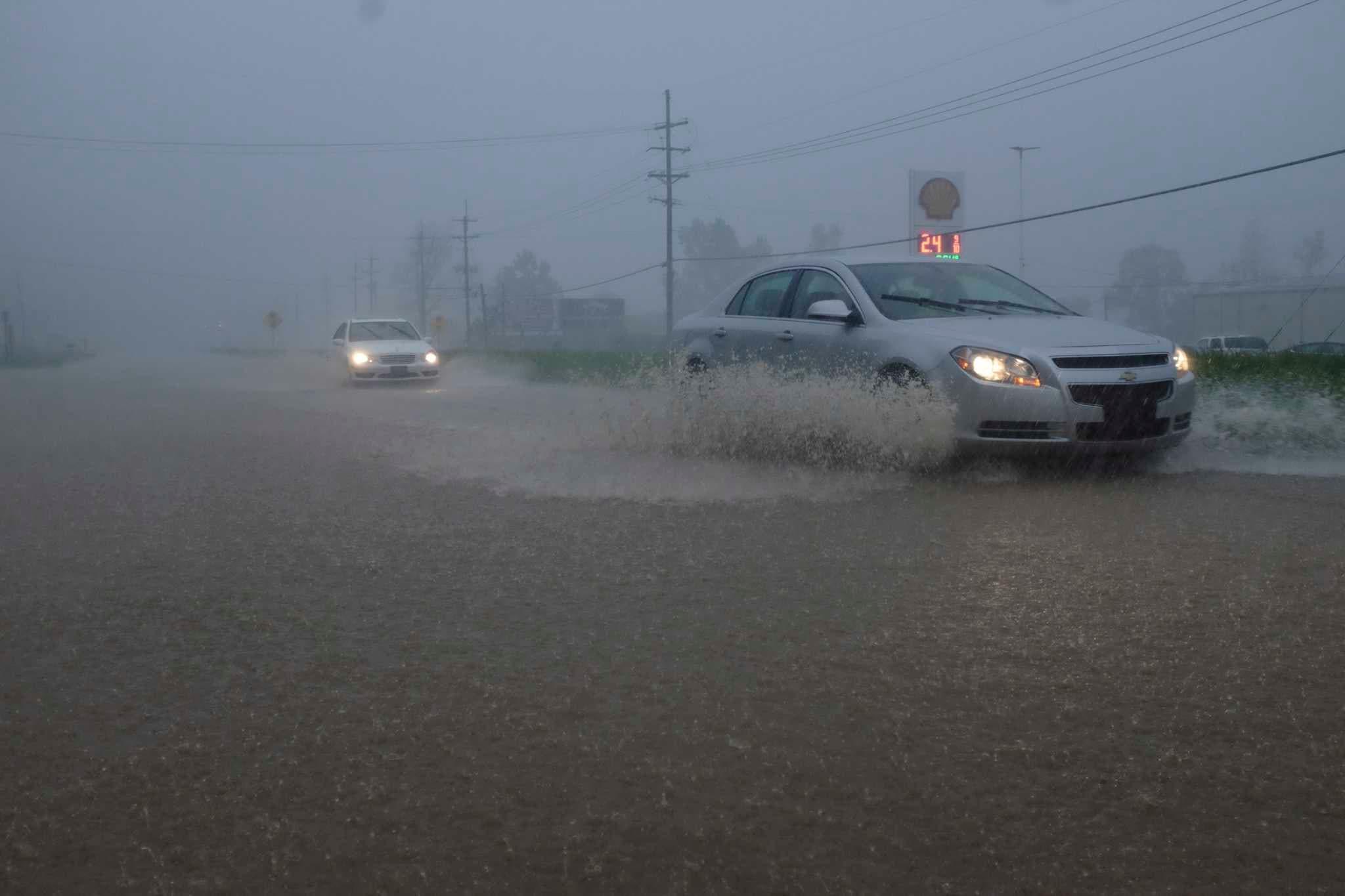 Los fuertes vientos, con torrenciales aguaceros y relámpagos, afectaron inicialmente el sur causando tornados e inundaciones que mataron a ocho personas, dejaron heridas a decenas más y arrasaron con un poblado de Texas.
