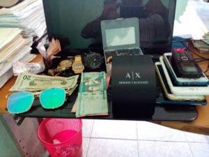 Parte del dinero y las prendas y celulares ocupados a la banda.