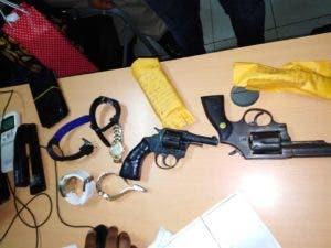 Armas que supuestamente fueron ocupadas a los supuestos asaltantes.