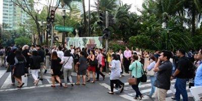 Filipinos son evacuados en el distrito financiero de Macati debido a un terremoto, este lunes en Filipinas. Al menos tres personas murieron hoy en Filipinas debido al terremoto de magnitud 6,1 que sacudió el centro de la isla