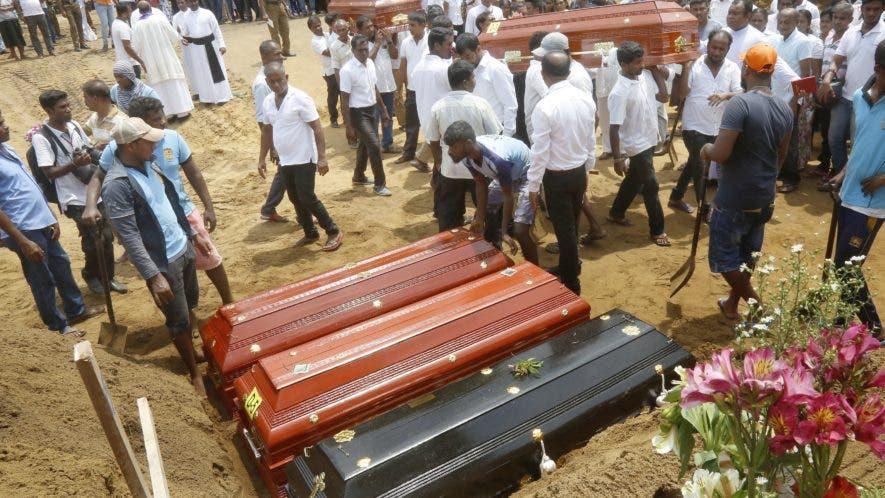 Familiares y amigos entierran a algunas de las víctimas de los atentados en Colombo, Sri Lanka, este martes. El número de muertos en la serie de atentados en el Domingo de Resurrección en Sri Lanka contra iglesias y hoteles de lujo se elevó 310, mientras los heridos se mantienen en más de 500, según el último recuento facilitado este martes por las autoridades locales en una jornada de luto nacional. EFE/ M.a. Pushpa Kumara