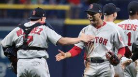 Christian Vásquez y Mookie Betts se felicitan tras conseguir la victoria de su equipo sobre los Rays de Tampa Bay.